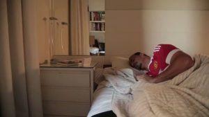 Когда Ибра хочет спать, он делает так..